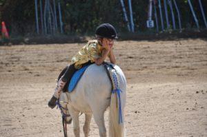 Kinder-Reitsocken an Mädchen, dass auf einem Pferd sitzt.