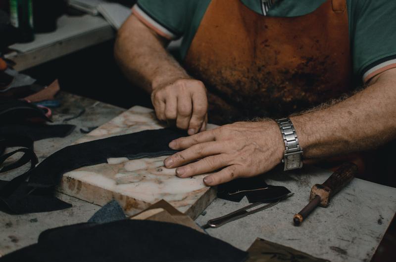 Mann bearbeitet Leder.
