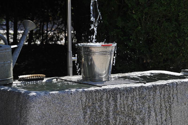 Ein Eimer Wasser mit Bürsten zum reinigen Deiner Sicherheitssteigbügel.